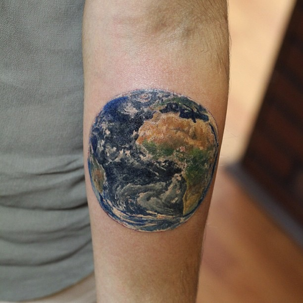 小臂上的地球