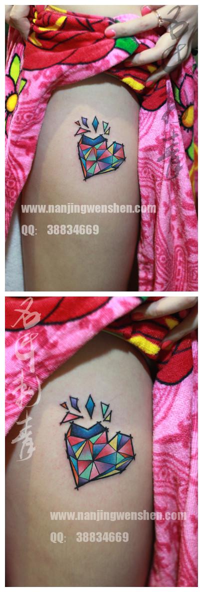 MM大腿外侧彩色几何心纹身